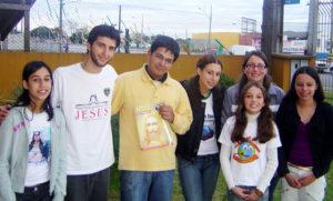 Em Curitiba, PR, o jovem Paulo César da Silva (de blusa amarela) visitou a Igreja Ecumênica após conhecer a Religião Divina por meio de uma campanha de rua.