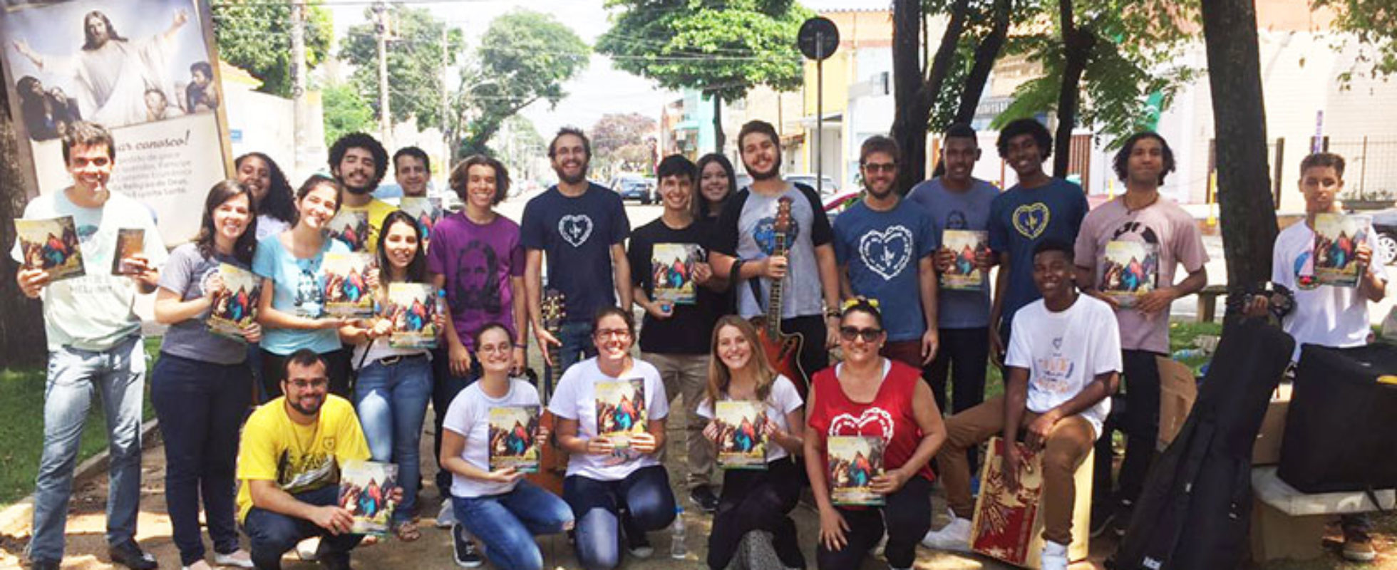Jovens Legionários que participaram da campanha com a revista JESUS ESTÁ CHEGANDO! no bairro da Casa Verde, São Paulo, SP.
