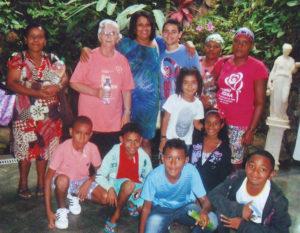A Irmã Marlene com as crianças e suas mães na Fonte Sagrada do Templo da Boa Vontade, em Brasília, DF. (foto: Arquivo pessoal)