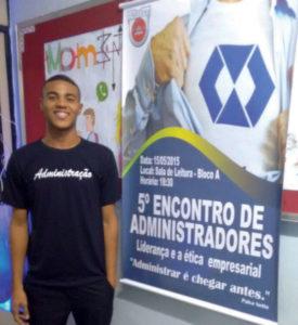 """São Gonçalo, RJ — O jovem Gabriel Marinho Cordeiro, 21 anos, apresentou a tese do Irmão Paiva """"Administrar é chegar antes"""" em encontro acadêmico. (foto Vanessa Marinho)"""