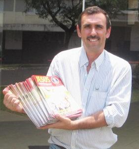 """O carreteiro de Boa Vontade Elton Antônio Bonella não deixa faltar os exemplares da JESUS ESTÁ CHEGANDO! na boleia de seu caminhão: """"As pessoas já me cobram a revista"""", conta, satisfeito."""
