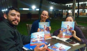 Ciudad del Este, Paraguai — Estudo da revista JESUS ESTÁ CHEGANDO! com alunos de Administração da Universidad Nacional del Este (foto Allison Bello).