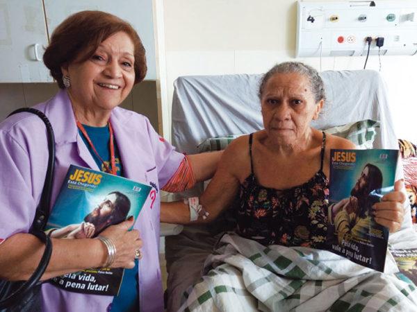 Pacientes e equipe do Hospital de Base do Distrito Federal recebem voluntários do DAE, da Religião Divina