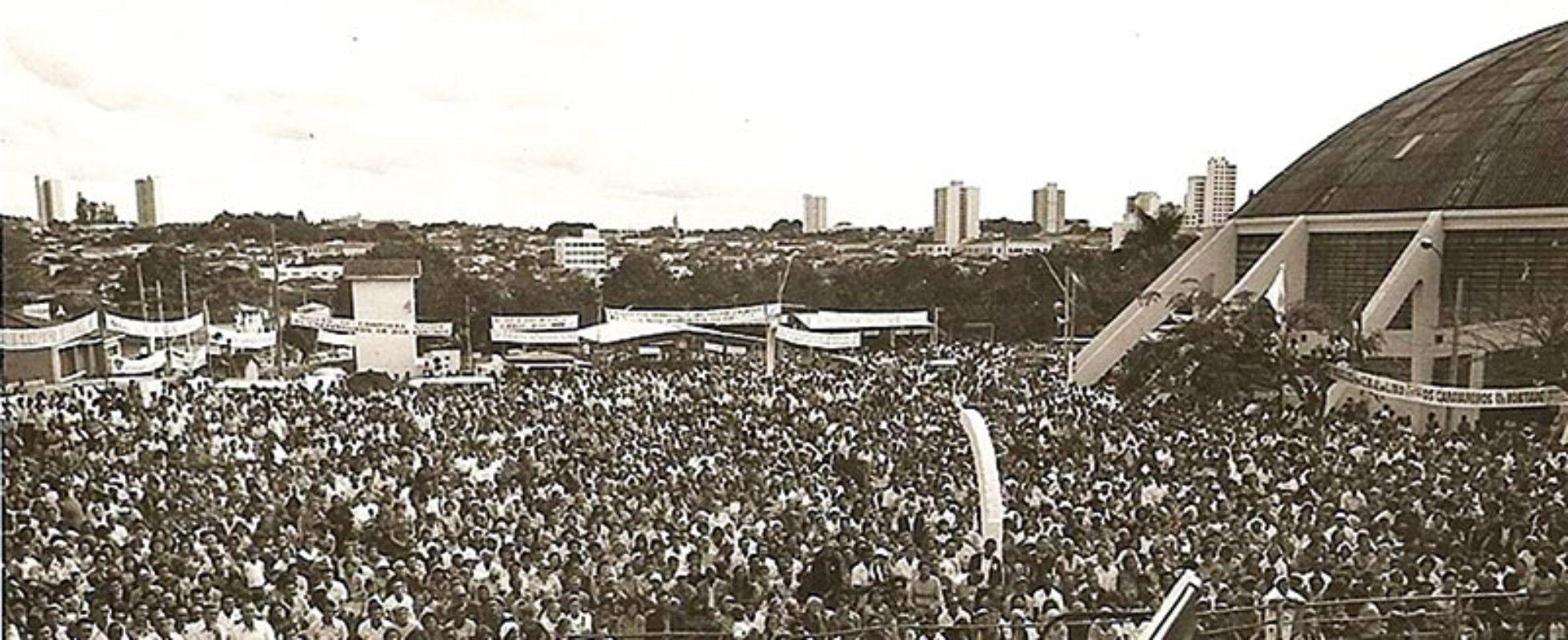 Vista parcial do povo que superlotou a Cava do Bosque para participar da Proclamação do Apocalipse de Jesus, feita pelo saudoso Irmão Alziro Zarur (1914-1979), em 1o de outubro de 1972, na cidade de Ribeirão Preto, SP. (foto Arquivo rJEC!)