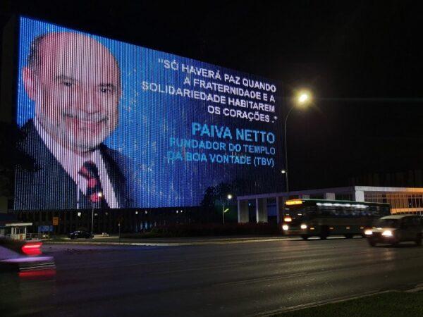 Painel gigante na capital federal exibe mensagem fraterna de Paiva Netto
